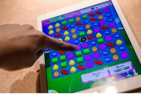 playing-candy-crush-on-iPad